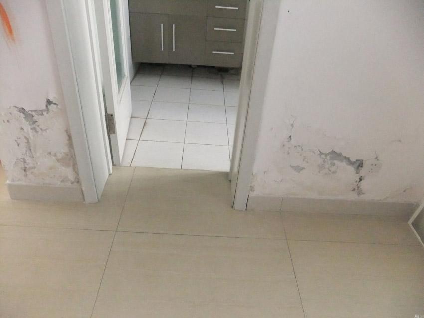 卫生间墙面渗水.jpg